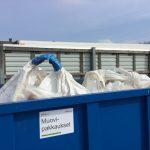 Teollista muovijätettä muovinkeräysastiassa.